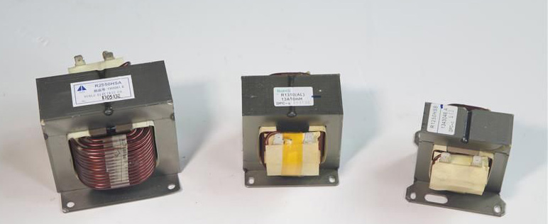 产品详情:   电抗器又称为扼流圈、电感器或铁芯电感器,在电子设备中应用极为广泛,品种也颇为繁多。通常可分为电流滤波器扼流圈、交流扼流圈、电感线圈三种。电抗器能很好地限制电机连接电缆的充电电流,使电机绕组上的电压升率限制在540V/s以内,钝化变频器输出电压的陡度,大大减少你变压器中的功率元件的扰动和冲击,采用高固化、高强度、高耐温漆,最大限度的满足安全。常用电抗器的介绍与主要技术指标 1.